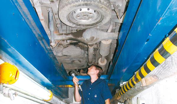 Cuándo pasar la itv, técnico inspeccionando un vehículo