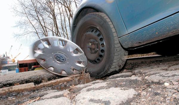El tipo de asfalto y los bordillos también influyen en el mantenimiento de los neumáticos