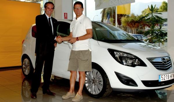 Enrico De Lorenzi entrega el Opel Meriva a Fabio Capello