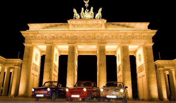 El coche que fracturó el muro. Tres Trabant posando en la Puerta de Brandeburgo