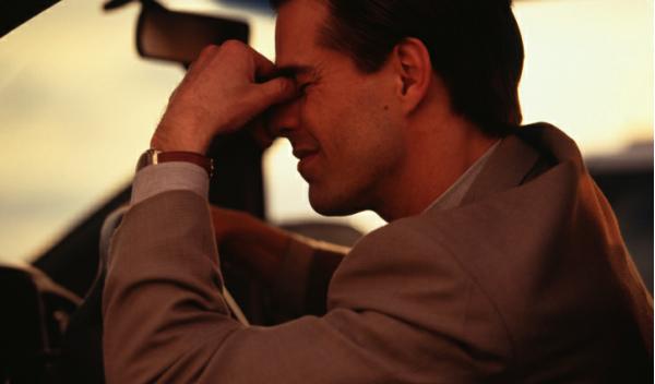 Un hombre estresado en el coche