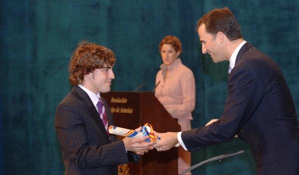 Alonso recibiedno el premio Príncipe de Asturias de los Deportes en 2005