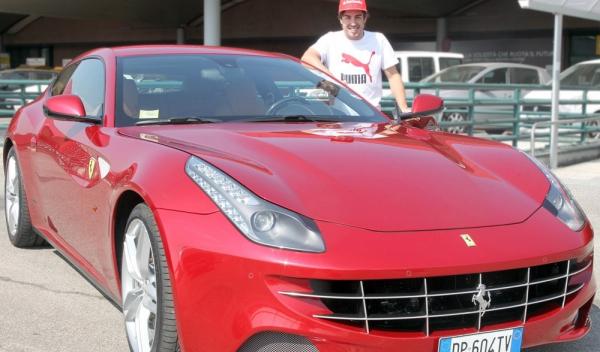 Fernando Alonso junto al Ferrari FF