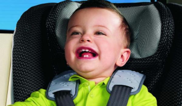 Niño en silla de auto