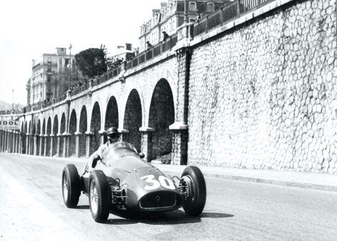 El estilo de Alfonso y el magnetismo de su personalidad lo convirtieron en una estrella del motor, con una ficha anual en Ferrari de 40.000 dólares,