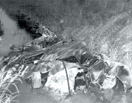 El coche, tras impactar contra un guardarraíl, voló unas decenas de metros para dar luego muchas vueltas de campana.