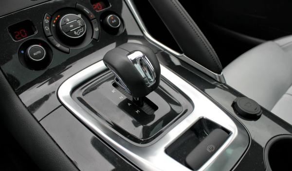 Palanca de cambios Peugeot 3008 Hybrid4 en cuesta