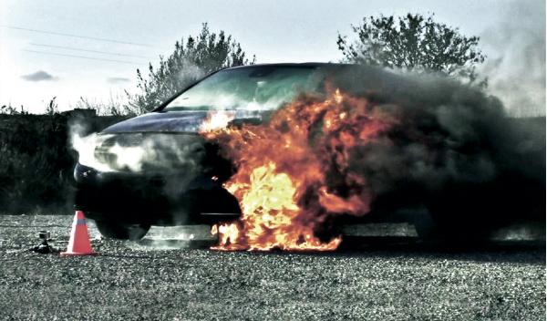 Mercedes Clase B en llamas