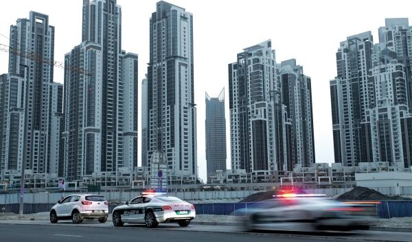 Rascacielos y coches Policía en Dubai