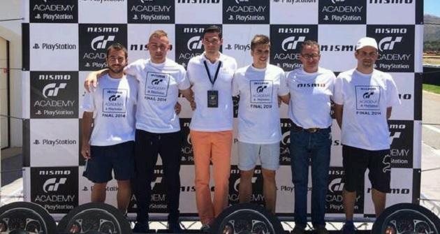 Los ganadores, en el podio: Carlos Martínez (primero a la izquierda), Rafael Touron (segundo), Cristian Manzano (cuarto) y Andrés Estrada (sexto). Junto a ellos, aparecen Mario Ballesteros, de Sony España (tercero por la izquierda), y Eduardo Sánchez, de Nissan España (quinto).