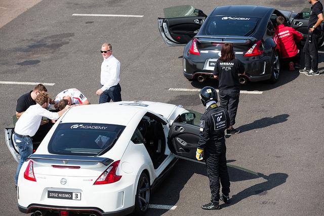 Los candidatos pudieron subirse a un Nissan 370z como copilotos para hacer su primera vuelta de reconocimiento al circuito de Silverstone.