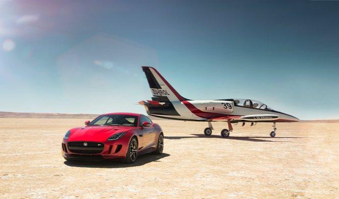 Jaguar F-Type R AWD con avión a reacción