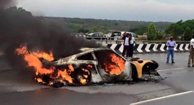 Porsche 911 Turbo incendio