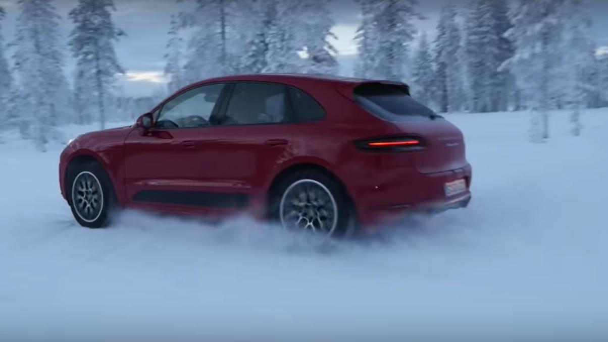 El Porsche Macan Turbo Se Divierte Sobre La Nieve