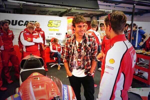 Fernando Alonso, de visita en el GP Italia MotoGP