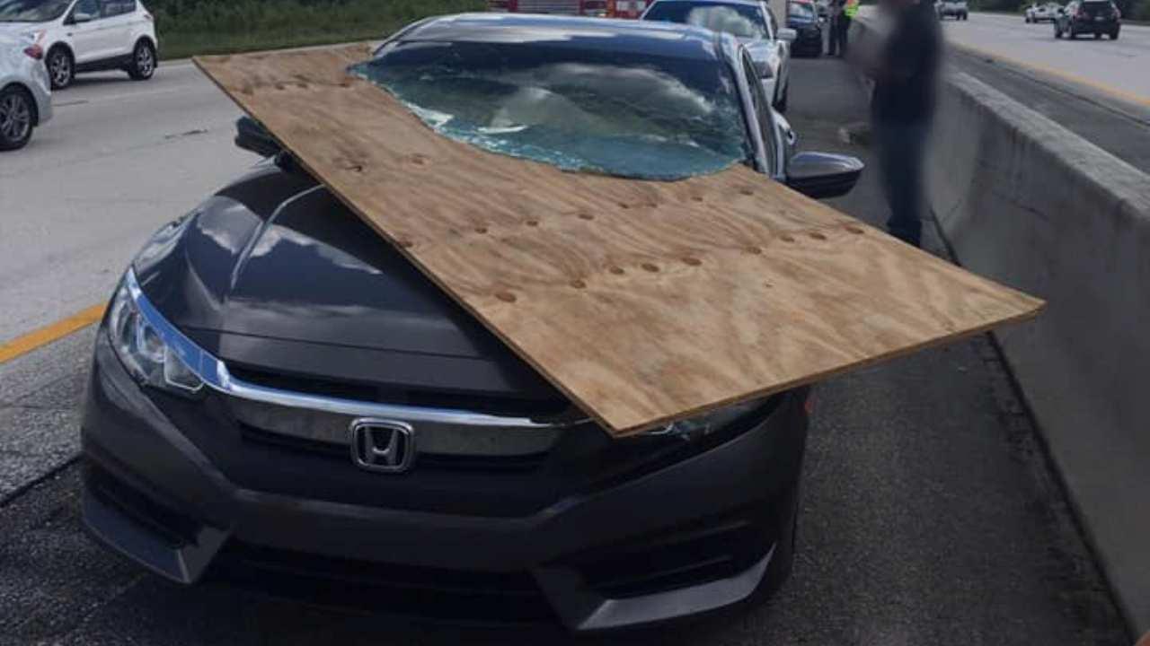 Conductora sale ilesa de aparatoso accidente con una carga ...