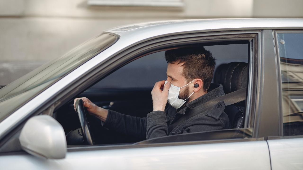 Guía de uso de mascarillas y guantes obligatorios en coche o