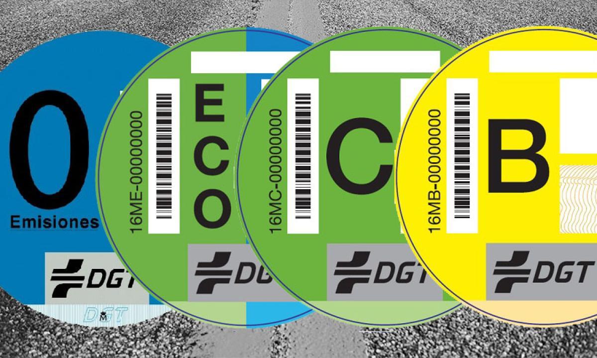 Etiquetas DGT, ¿es obligatorio llevarlas en el coche?