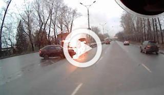 Un coche empieza a arder tras el impacto con un camión