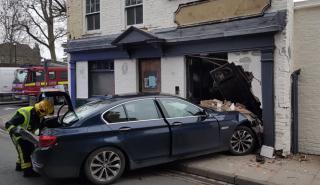 Un BMW Serie 5 se estampa contra un pub en Londres