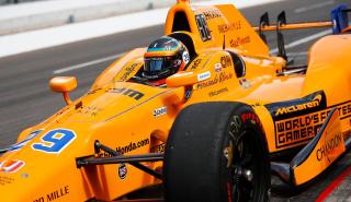 Alonso rompe motor cuando luchaba por ganar en Indianápolis