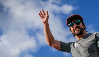 Alonso saluda durante GP de F1
