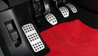 ¿Por qué el pedal del acelerador está más abajo que el de freno?