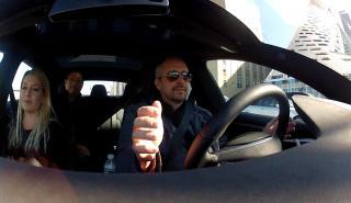 Interior de un Tesla equipado con su sistema de conducción Autopilot