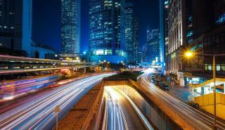 Tráfico nocturno en Hong Kong