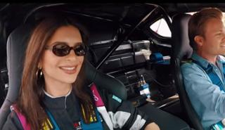 Nico Rosberg le da una vuelta a Emily Ratajkowski en el BMW i8 Safety Car