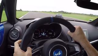 'Driftar' con el Alpine A110 en un circuito te hará feliz