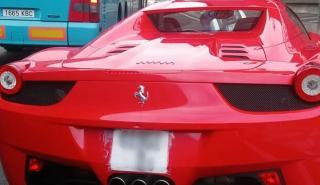 Multado por portar una matrícula de papel en su Ferrari