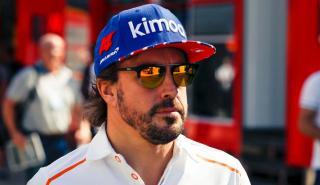 Fernando Alonso en el paddock de Silverstone
