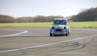 VÍDEO: No te pierdas a Chris Harris haciendo ochos con un Citroën 2CV de carreras
