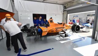 Alonso en el box de la Indycar