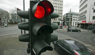 ¿Cuál es la multa por saltarte un semáforo en rojo?