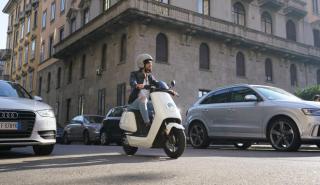 ¿Pueden las motos adelantar entre los coches?