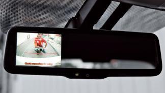 Toyota Auris híbrido cámara en el espejo retrovisor