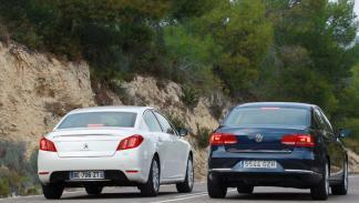 Trasera del Peugeot 508 contra VW Passat