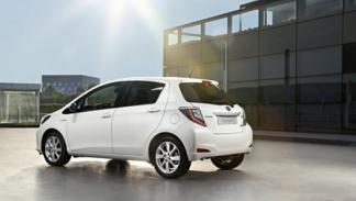Toyota_Yaris_Hybrid_trasera