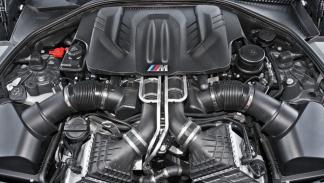 BMW M5 F10 biturbo 560 CV estática detalle motor V8