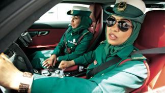 Agentes femeninas conducen Mercedes SLS en Dubai