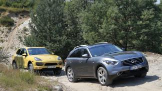 Lateral del Porsche Cayenne Diesel y el Infiniti FX30d