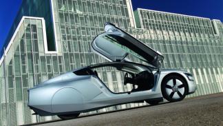 El Volkswagen XL1 vista lateral con las puertas abiertas