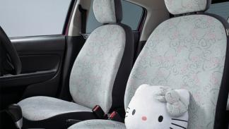 Interior Mitsubhisi Mirage decorado de Hello Kitty