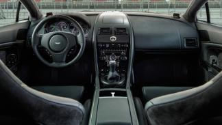 Se puede elegir entre un acabado negro o gris para el interior del Vantage N430