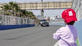 Un niño observa el Circuito de Valencia