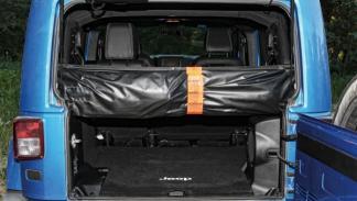 El techo del Jeep Wrangler Polar se puede quitar.En el maletero hay un subwoofer