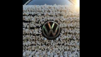 Volkswagen Golf cubierto palomitas logo
