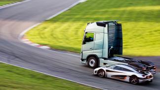 camión Volvo vs Koenigsegg One:1 2